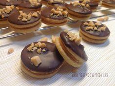 Peanut cookie with salted caramel / Arašídová kolečka se slaným karamelem Small Desserts, Sweet Desserts, Sweet Recipes, Gluten Free Xmas Baking, Baking Recipes, Cookie Recipes, Czech Desserts, Traditional Christmas Cookies, Peanut Cookies