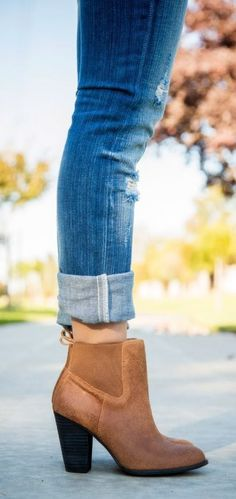 Classic cognac booties with cuffed jeans. I want some boots like this! Women's Shoes, Mode Shoes, Me Too Shoes, Shoe Boots, Fall Shoes, Ugg Boots, Jeans Shoes, Leggings Shoes, Louboutin Shoes