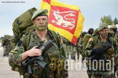 Guião Heráldico da Força de Operações Especiais. Os militares estão equipados com a HK G-36C, 5,56mm