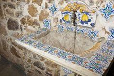 lavabo esterno decorato con maioliche siciliane