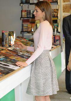 La Reina ha vuelto a inaugurar la Feria del Libro de Madrid, como hace cada año. Letizia ha tenido una semana cargada de eventos, en su mayoría, sin la compañía de su marido, Felipe VI. 27.05.2016