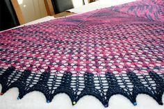 Jak ładnie zakończyć i jak zblokować ażurową chustę zrobioną na drutach? Kliknij na zdjęcie a dowiesz się jak to zrobić