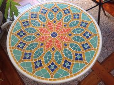 Mesa plegable con venecitas 60 cm..Ana Julia Coca