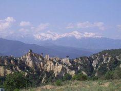 Le Canigou vu depuis les Orgues d'ille sur têt Guide du tourisme des Pyrénées-Orientales Languedoc-Roussillon