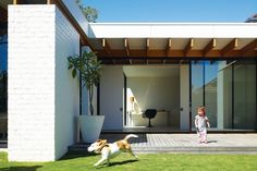 Has open plan living reached the peak of its popularity? Australian architecture firm Kennedy Nolan leads the way in creating a hybrid of domestically intimate spaces with the visual advantages of open plan living. White Brick Houses, White Brick Walls, White Bricks, Painted Brick Walls, Australian Architecture, Residential Architecture, House Architecture, Futuristic Architecture, Die Hamptons