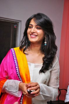 Actress Anushka Shetty hot wallpapers are snapped in the stunning White churidar. Anushka looks awesome and cute in the photos. Beautiful Bollywood Actress, Beautiful Indian Actress, Beautiful Actresses, Bollywood Style, Anushka Latest Photos, Anushka Photos, Indian Film Actress, Indian Actresses, Actress Anushka