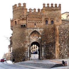 Puerta del Sol. De estilo mudéjar y construida por los Caballeros Hospitalarios en el siglo XIV.
