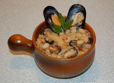 pasta fagioli e cozze Napoli Food, Food Bulletin Boards, Special Recipes, Ravioli, Gnocchi, No Cook Meals, Italian Recipes, Seafood, Food And Drink