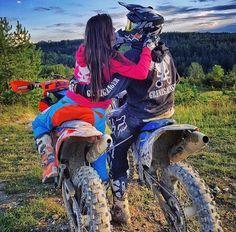 Dirt Bike Girl, Couple Dirt Bike, Couple Motocross, Biker Couple, Motocross Girls, Motorcycle Couple, Fille Et Dirt Bike, Pit Bike, Triumph Motorcycles