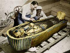 O arqueólogo Howard Carter inspecionando o sarcófago dourado de Tutancâmon depois da abertura da tumba em 1923.   25 fotos incríveis que vão mudar sua visão da História