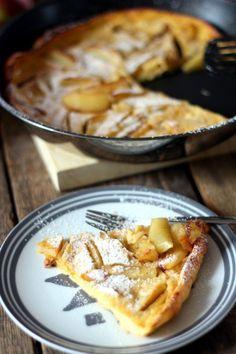 Gyerekkorom egyik nagy kedvence volt a bundás alma: sűrű palacsintatésztába mártott almakarikák olajban kisütve, fahéjas porcukorral megszórva. Mivel nem igazán szeretek olajban sütni semmit, nem csak azért, mert nem túl egészséges, hanem mert pillanatok alatt lesz iszonyú büdös tőle a lakásban,… Diet Desserts, Easy Desserts, Delicious Desserts, Yummy Food, Sweets Recipes, Cooking Recipes, Hungarian Recipes, Baking And Pastry, Winter Food
