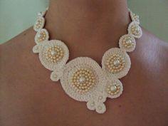 girocollo raffinato in bianco e perle