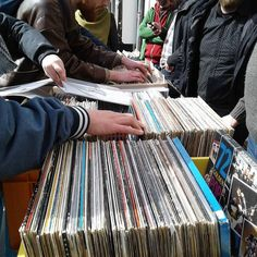 We zijn begonnen!  #RSD17 #vinyl #records #vinylrecords #RecordStoreDay #recordstore #record #store #day #RSD http://ift.tt/2oeCLY5