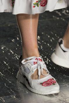 Vivetta at Milan Fashion Week Spring 2017 - Details Runway Photos Fashion 2017, Fashion Shoes, Womens Fashion, Milan Fashion, Mode Shoes, Vivetta, Heel Pain, Bow Sneakers, Clutch
