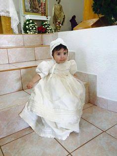 Aqui una foto de la hermosa Flor en su #bautizo #ropon G003 en seda #christening #burbvus