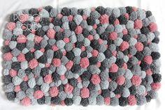 Les nuances de gris sont très tendance en ce moment. J'ai éclairé cette conception avec pompons rose délicat. Cela donne de la luminosité de tapis nécessité et ajoute du bonheur.  Ce genre de tapis sera parfait pour une chambre à coucher - de le mettre près de votre lit. La première chose que vous vous sentirez le matin sera pompons doux. C'est un grand début d'une journée!  Ce tapis est composé de plus de 200 pompons à la main en plusieurs dimensions.  Dimensions: 80 cm x 50 cm / 32 x…