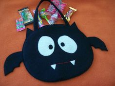 White and black felt/fabric pieced Halloween bag. Halloween Taschen, Dulceros Halloween, Halloween Sewing, Adornos Halloween, Manualidades Halloween, Halloween Trick Or Treat, Halloween Disfraces, Halloween Treats, Halloween Decorations