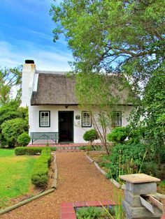 B's Cottage is located in Stanford, a genuine Cape-village. Positioned between Hermanus and Gansbaai, Stanford is ideally positioned for a laid-back getaway in a historic village with antique stores, top-rated restaurants, vineyards and coffee shops. This cottage was built in the 1900s and have fooled architects as it was built in accordance with an original Cape labourer's cottage, even the windows and doors are handmade to give authenticity.