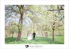 hochzeitsfotos im fr hling spring wedding pink trees. Black Bedroom Furniture Sets. Home Design Ideas