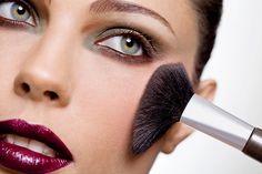 """Blush é o tipo de maquiagem oito ou oitenta! E isso significa que você consegue fazer maravilhas com ele tão bem quanto pode estragar tudo! É tão verdade que se você não souber passar é melhor sair de casa sem e fingir que foi de propósito: """"Queria uma make mais pálida""""."""