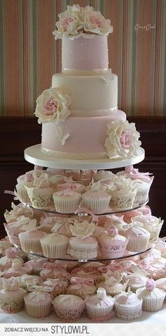 wedding cake w cupcakes. Here's an example of the decorated cupcakes. :) Like how the cupcakes have different decorations like butterflies. Pretty Cakes, Beautiful Cakes, Amazing Cakes, Wedding Cakes With Cupcakes, Cupcake Cakes, Cup Cakes, Pink Cupcakes, Cupcake Ideas, Cupcake Tier