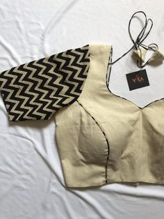 Cream with black zigzag sleeve blouse - Blouse designs Hand Work Blouse Design, Simple Blouse Designs, Stylish Blouse Design, Designer Blouse Patterns, Skirt Patterns, Coat Patterns, Sewing Patterns, Cotton Saree Blouse Designs, Baby Dress Design