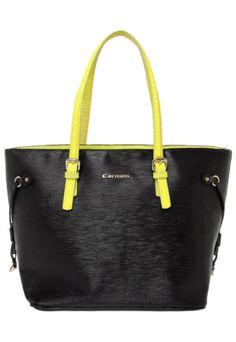 Bolsa Carmim preta, confeccionada em couro com textura externa. Apresenta alças de ombro em cor contrastante e detalhes em metal. Mede 30cm de largura, 30cm de altura e 13cm de profundidade. Conta, ainda, com interior têxtil estampado e fecho em zíper.