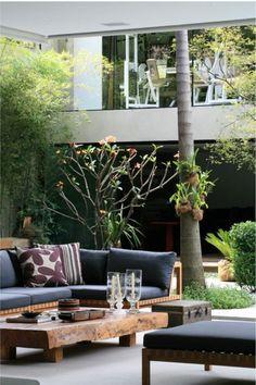 deko fur terrasse mit hohem baum