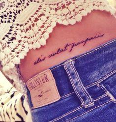 Frase in latino tatuata sul fianco Alis Volat Propriis - Lei Trendy