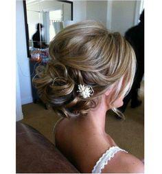 Katalog fryzur ślubnych - najpiękniejszych koków i fryzur na bok. Fryzury ślubne dla długich włosów w najbardziej uroczym wydaniu. Zobaczcie galerię fryzur ślubnych - upięć i koków dla panny młodej.