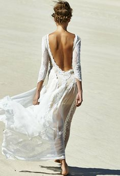 This dress would be stunning for a beach wedding ☀️