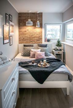 Aranżacja małej sypialni z białymi meblami