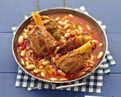 Cassoulet de souris d'agneau -  Pour 4 :souris d'agneau,  1 boîte de 800 g de pulpe de tomate (ou des tomates fraîche pelées et concassées), 250 g de haricots blanc secs (coco, tarbais, mogette), 4 oignons, 2 gousses d'ail,  3 cs d'huile d'olive, 1 brin de thym, 1 cube de bouillon de volaille (pour 1l d'eau), sel et poivre