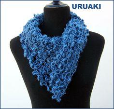Cuello de lana azul de URUAKI (ref:3203017)  Con 3 botones grises y un lazo suelto también azul.  Más fotos en  http://wp.me/p2FVSn-dA