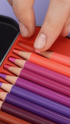Get this complete set of 120 unique colored pencils and discover all of the original color combinations you can make. Easy People Drawings, Easy Doodles Drawings, Easy Disney Drawings, Unique Drawings, Simple Doodles, Pencil Art Drawings, Watercolor Pencil Art, Colored Pencil Artwork, Realistic Drawings