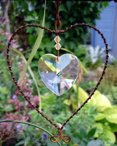 Vackert smycke i trädgården eller krukor. Garden Crafts, Garden Art, Wire Crafts, Diy And Crafts, Barbed Wire Art, Shabby Chic Shelves, Wire Ornaments, My Secret Garden, Suncatchers