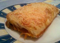 Emlékszik még valaki a Kaiser's-féle pizzástáskára? Nagyon hiányzik, annyira szerettem! Ehhez kapcsolódik előzményként, hogy megversenyeztettem néhány konzerv melegszendvics krémet, és a Spar-os mexikói került ki győztesként. A Glóbuszos pizzás valahogy nem illett a kenyeremhez, így amikor a Nyugati aluljáróban jártam... Lasagna, Ethnic Recipes, Food, Essen, Meals, Yemek, Lasagne, Eten
