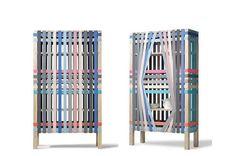 Faixas elásticas coloridas compõem o fechamento do armário The Lines, exposto no Salão Satélite