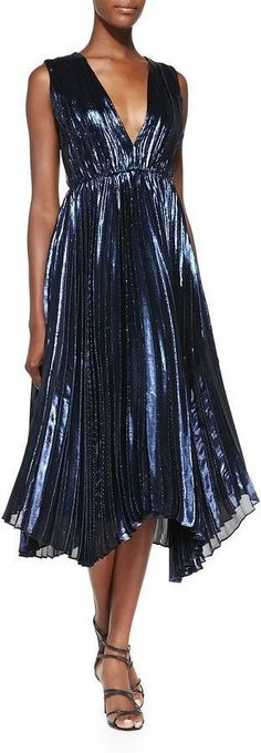 Rayna rocked the stage wearing this Alice & Olivia Alessandra Pleated Metallic Asymmetric Gown #Nashville S3E7