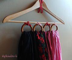 DIY récup   faire un range foulards avec un cintre et des anneaux de rideaux 3845ad69bbf