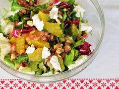 Feestelijke salade met geitenkaas, sinaasappel, granaatappel en walnoten