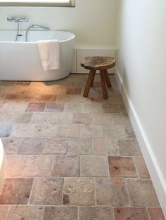 Oude terracotta rosa Foyer and Entryway Ideas Oude rosa terracotta Bathroom Flooring, Kitchen Flooring, Bathroom Wall, Small Bathroom, Kitchen Tiles, White Bathroom, Bathroom Lighting, Casa Loft, Terracotta Floor
