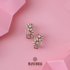 Manubhai Jewellers offers a wide selection of gold & diamond earrings, necklaces, rings, & bangles. Diamond Earrings Indian, Diamond Necklace Set, Diamond Earing, Diamond Pendant, Diamond Jewelry, Gold Jewelry, Gold Bracelets, Couple Bracelets, Dainty Jewelry