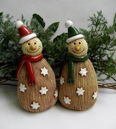 Sněhulák+-+čepice+Ze+šamotové+hlíny,+vhodný+i+k+venkovní+dekoraci.+Na+spodní+straně+otvor+na+tyčku,+můžete+zapíchnout+i+do+Vaší+vánoční+dekorace.+Výška+cca+17+cm.+Dostupný+ihned+s+červenou+čepičkou.+CENA+ZA+KUS