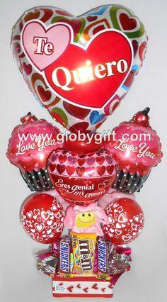 Arreglo con globos de amor y aniversario con peluche y dulces
