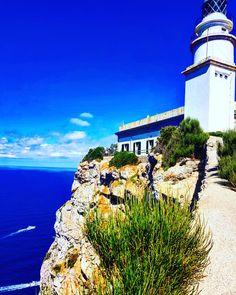 Cap de Formentor ist der nördlichste Punkt von Mallorca Mansions, House Styles, Vacation Places, Full Stop, Lighthouse, Old Town, Manor Houses, Villas, Mansion