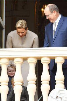 La princesse Charlène, le prince Albert II de Monaco et leurs enfants au balcon du palais princier