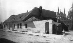 Az épülő, mai magyar Parlament egy része a Géza utcza (mai Garibaldi utca Old Pictures, Old Photos, History Photos, Budapest Hungary, Beautiful Buildings, Historical Photos, Tao, Black And White, Marvel