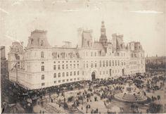 L'Hôtel de Ville flambant neuf et la place de du même nom, un jour de grande affluence vers 1880. Paris d'antan, Facebook