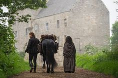 Sam Heughan as Jamie Fraser and Caitriona Balfe as Claire Fraser in Outlander - Season The Road To Lallybroch Jamie Fraser, Claire Fraser, Jamie And Claire, Outlander Tv Series, Diana Gabaldon Outlander Series, Outlander Season 1, Outlander 3, Outlander Casting, Outlander Quotes